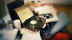 Коллега купил себе маленькую мечту - переносной проигрыватель винила :) Раньше на таких ставили детские сказки и спектакли а теперь оно с Bluetooth и 3.5мм джеком для наушников и вся эта радость в маленьком чемоданчике.. :) Затестили на пластинке Trainspotting :) . . #crosleycruiser #cruiserdeluxe #crosleyturntable#crosley#vinyl #vinyls #vinylgram #vinylpost #vinylporn #vinyljunkie #vinylcollection #vinylcollector #nowspinning #vinylcollectionpost #vinyladdict #records #coloredvinyl