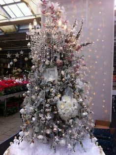 Truffaut: le plus beau sapin , que d'idées déco originales cadre ange bouquet lustre pampille _ the most beautiful white and pink christmas tree