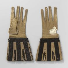 Handschoen van geiten(?)leer, okerkleurig geverfd met ingesneden, losse kappen versierd met zwart satijnband geborduurd met een floraal patroon in zwarte zijde, anoniem, 1600