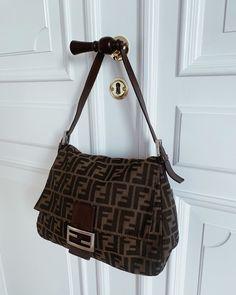 Fendi 🖤 #thevintagebar Fendi Bags, Burberry Handbags, Lv Handbags, Trajes Kylie Jenner, Karl Lagerfeld, Designer Wallets, Oui Oui, Popular Bags, Cute Bags