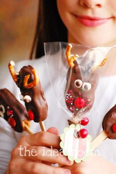 The cutest reindeer pops made from nutter butters, chocolate and pretzels. Created by The Idea Room for iheartnaptime.net