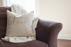 Free Farmhouse Printables for Easy DIY Wall Art Farmhouse Style Decorating, Decorating Your Home, Farmhouse Decor, Diy Throw Pillows, Pantry Labels, Pantry Storage, Pantry Organization, Style Pantry, Barn Wood Frames