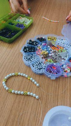 Funky Jewelry, Beaded Jewelry, Handmade Necklaces, Handmade Jewelry, Pulseras Kandi, Diy Crochet Projects, Diy Bracelets Easy, Diy Necklace, Bead Crafts
