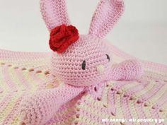 mis nancys, mis peques y yo, manta de apego con conejita amigurumi, detalle conejita amigurumi y flor de crochet