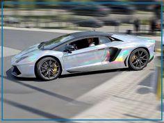 Letztens fuhr der BVB-Knipser Aubameyang mit einem silber-schimmernden Lamborghini Aventador (700 PS, 350 km/h) zum Trainingsgelände. Zuvor glänzte Auba schon mit einem Lambo in Gold und Schwarz. Zuletzt brauste der Stürmer auch in einem Gold-Porsche durch Dortmund. Jetzt hat er seinen Renner mit einer neuen Folie bekleben lassen. Eure AutoErlebniswelt-Tü Taunus