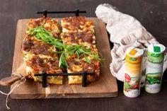 Helppo kasvispiirakka sopii kevyeksi lounaaksi, julapöytään tai illanistujaistarjottavaksi. Voit käyttää omia suosikkikasviksia. Tärkeintä on, että pyöräytät niitä hetken kuumalla pannulla, jolloin niiden maku paranee ja piirakka kypsyy herkulliseksi. 50th, Menu, Food, Menu Board Design, Essen, Meals, Yemek, Eten