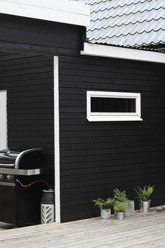 Talon kunnostus – ennen ja jälkeen – Design Wash Outdoor Living, Outdoor Decor, Cladding, Black House, Garage Doors, Deck, Barn, Backyard, Exterior