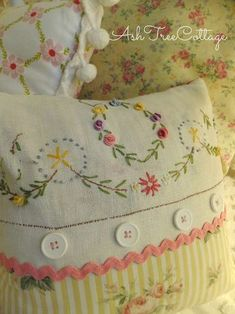 Embroidery Patterns Vintage Shabby Chic Embroidered Pillows Ideas For 2019 Vintage Embroidery, Embroidery Stitches, Embroidery Patterns, Hand Embroidery, Embroidery Tattoo, Christmas Embroidery, Vintage Textiles, Vintage Quilts, Vintage Pillows