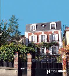 Sur l vation en bois au dessus d 39 un garage d 39 une maison d for Garage opel region parisienne