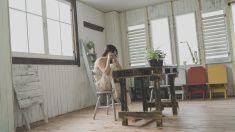 若い女性のお部屋の写真 stock photo