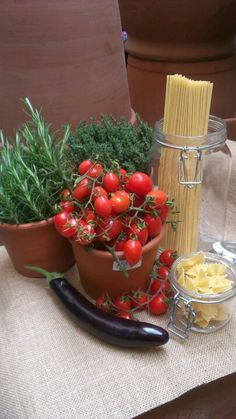 Primavera #Barilla en tus platillos...por que con Barilla siempre es natural.  Terracotta pot with aromatic herbs, rosmary and thyme, pachini tomatoes and italuan pasta