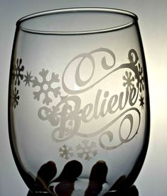 DIY Etched Glass Easy Step by Step Tutorial! DIY etched glass tutorial DIY Etched Glass Easy Step by Step Tutorial! DIY etched glass tutorial DIY Etched Glass Easy Step by Step Tutorial! Etched Wine Glasses, Painted Wine Glasses, Trotec Laser, Glass Packaging, Foto Transfer, Calla, Glass Engraving, Engraving Ideas, Cricut Tutorials