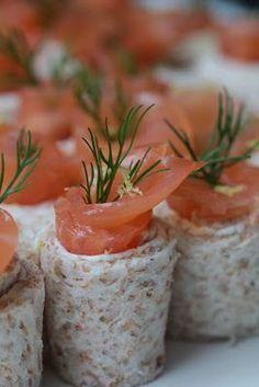 Petits rouleaux au saumon fumé , St Môret , citron , aneth pour l'apéritif   On dine chez Nanou