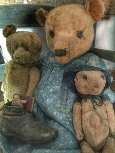 Les vieux ours sont toujours d'usage chic dans un coin de la chambre... Pensez-vous qu'ils seraient agréable de les mettre en valeur dan ile salon avec quelques autres jouets d'antan...
