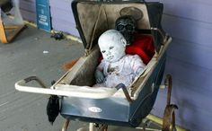 DIY Homemade Halloween Decorations - Dead Baby Doll Eerily Painted and Resting in a Baby Carriage Halloween Prop, Homemade Halloween Decorations, Outdoor Halloween, Halloween Horror, Holidays Halloween, Halloween Crafts, Halloween 2018, Halloween Pallet, Halloween Goodies