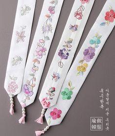 고운손자수향대 Embroidery Flowers Pattern, Embroidery Motifs, Embroidery Patches, Hand Embroidery Designs, Flower Patterns, Korean Traditional, Traditional Outfits, Diy Arts And Crafts, Felt Crafts