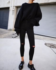 Black jeans Black jeans will give your Sunday outfit a cooler look. Contrast with a colorful sweater and add white sneakers. Black fall outfits Comfortable 10 comfortable outfits to wear on Sunday All Black Outfits For Women, Black Women Fashion, White Outfits, Casual Outfits, Womens Fashion, All Black Outfit Casual, All Black Style, Comfortable Outfits, Mode Outfits