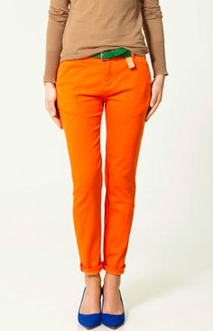 orange pants + blue shoes + green belt = colour blocking that works! (color/combo ideas for orange pants) Orange Jeans, Orange T Shirts, Orange Leggings, Royal Blue Shoes, Blue Flats, Blue Heels, Orange Hose, Pantalon Orange, Collection Zara