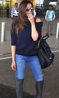 Alia Bhatt spotted at Mumbai airport. For unseen pictures of Alia, click http://momoviez.com/