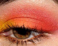 Helles Make-up: Gelb Orange und Rot Red Eyeshadow Makeup, Eye Makeup Cut Crease, Orange Eyeshadow, Orange Makeup, Eye Makeup Art, Makeup For Green Eyes, Smokey Eye Makeup, Edgy Makeup, Colorful Eyeshadow