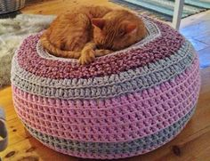 You will love this Crochet Pet Bed Free Pattern and we have included lots of easy ideas for you to try. Check them all out now. Chat Crochet, Crochet Pouf, Crochet Cushions, Love Crochet, Knit Or Crochet, Crochet Crafts, Knitted Pouf, Simple Crochet, Crochet Quilt