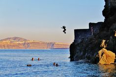 where to find the cliff jumping rock in santorini