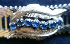 **Edles 925er Silbercollier mit sieben kleinen Saphiren**, Größe der Saphire etwa je 0,05 ct. Sehr elegante Wirkung. Die Saphirreihe wird auf beiden Seiten von einer hübschen Feder umrahmt. Das...