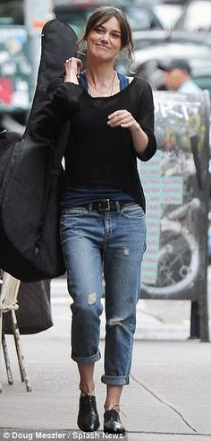 Keira Knightley in Begin Again Keira Knightley Casual, Keira Christina Knightley, Minimal Outfit, Her Style, Style Blog, Types Of Fashion Styles, Lingerie, Boyfriend Jeans, Autumn Winter Fashion