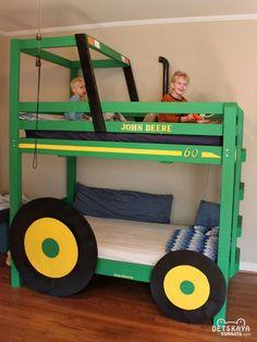 Дизайнерская двухъярусная кровать в интерьере детской комнаты