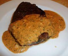 Voici une des meilleures sauces à mon goût pour accompagner une bonne tranche de viande rouge. Pleine de saveurs, d'herbes aromatiques...miam! Lancez-vous, vous ne serez pas déçus! Et vos invités seront sous le charme... Parce qu'elle en jette, cette... French Sauces, Marinade Sauce, Sauce Steak, Pesto Sauce, Cordon Bleu, Chutney, Food To Make, Food And Drink, Recipes