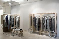 Spiegel und weiße Wände gibt einen klassischen Effekt #Ladenbau #Weiss