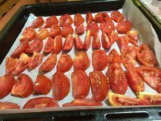 Puține persoane știu acest truc! Taie roșiile bucăți si pune-le pe o tavă de copt Roasted Eggplant Dip, Avocado Salad Recipes, Good Food, Yummy Food, Romanian Food, Canning Recipes, Canning Labels, Weight Watchers Meals, Desert Recipes