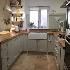 Over the years, many people have found a traditional country kitchen design is just what they desire so they feel more at home in their kitchen. Shabby Chic Kitchen, Home Decor Kitchen, Rustic Kitchen, Country Kitchen, Kitchen Interior, Kitchen Ideas, Kitchen Designs, Kitchen Trends, Sage Green Kitchen