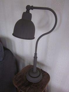 simpele lamp wordt landelijk, door krijtverf toe te passen.