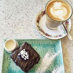 Coffee Break at @mrpilgrimcafe #chadstoneshoppingcentre #melbourne #mrpilgrim #springtime #gottaloveaustralia #marsbarminicake #foodporn by laurama.j