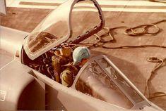 """El Capitán de Corbeta José Cesar """"Cacha"""" Arca, veterano piloto de la Batalla Aérea en las Islas Malvinas y uno de los pilotos que más aterrizajes y despegues acredita en Super Etendard a bordo del ARA 25 de Mayo. En el casco se puede observar la silueta de la fragata HMS Ardent la cual fue atacada e impactada por él. El casco actualmente se encuentra en el Museo de la Aviación Naval"""