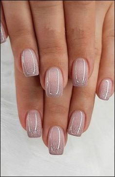 The advantage of the gel is that it allows you to enjoy your French manicure for a long time. There are four different ways to make a French manicure on gel nails. Grey Nail Polish, Gray Nails, Pink Polish, Natural Nail Designs, Short Nail Designs, Cute Nails, Pretty Nails, Diy Nails Manicure, Manicure Ideas
