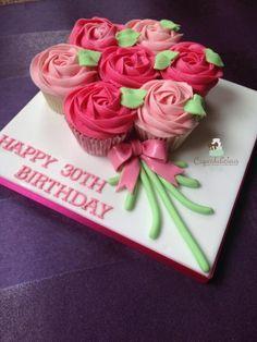 Cupcake bouquet board - I love this edea using cupcakes Cupcake Torte, Cupcake Birthday Cake, Cupcake Cookies, Cupcakes Flores, Flower Cupcakes, Cupcake Bouquets, Cookie Bouquet, Pull Apart Cupcake Cake, Pull Apart Cake