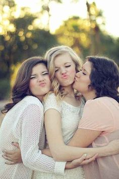 Make your best smooshy face. | 37 Impossibly Fun Best Friend poses