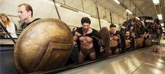 ΠΑΡΕΜΒΑΣΕΙΣ ΣΤΗΝ ΕΠΙΚΑΙΡΟΤΗΤΑ: Οι «300 του Λεωνίδα» πήγαν… στο μετρό του Λονδίνου...