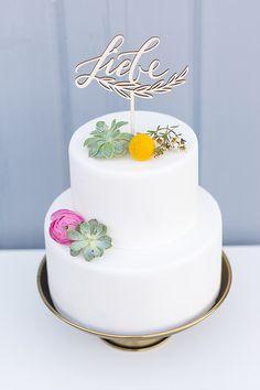 Hochzeitstorte weiß mit Cake Topper Schriftzug Kalligrafie Liebe für Hochzeit - Wunderschöne Cake Topper mit handkalligrafiertem Schriftzug | Hochzeitsblog The Little Wedding Corner
