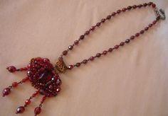 collana girocollo con mezzo cristallo e pendente