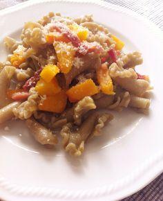 I gigli di canapa con zucca e speck croccante sono un primo piatto gustoso. Soprattutto, fanno bene. La canapa è una pianta versatile e da