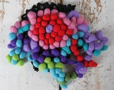 Prachtige broche, bloem gevilt in 3D, in heldere kleuren met zwart kant haakwerk