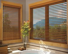 Las Persianas De Madera Hacen Un Entorno Calido Y Elegante Haciendo Un Conjunto De Belleza De Bathroom Window Treatmentsbathroom Windowsblinds