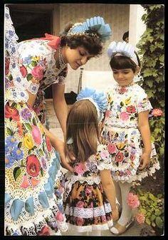 Hungarian Embroidery Stitch Kalocsai viseletben a szakmári kislányok ! Chain Stitch Embroidery, Learn Embroidery, Embroidery Stitches, Embroidery Patterns, Hand Embroidery, Budapest, Stitch Head, Define Fashion, Hungarian Embroidery