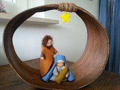 kersttafereel in palmblad Christmas Nativity, Christmas Crafts, Xmas, Waldorf Kindergarten, Nature Table, Waldorf Dolls, Winter Solstice, Handmade Ornaments, Epiphany