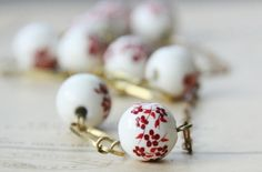 Eplabiter - White and red handpainted chinese beads and gold necklace http://epla.no/shops/my-fie/