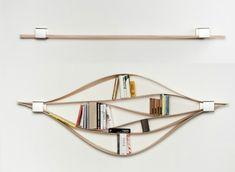 Деревянная книжная полка с механизмом, который позволяет регулировать длину и форму.