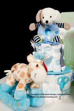 gateau de couches Mybbshowershop avec cadeaux naissance. Hochet, chaussettes, thermomètre et peigne bébé